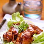 柔らかく煮たてびちをカラッ揚げ、食べやすいエスニック風味に。 中はモチモチコラーゲンたっぷり。