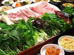 鹿児島産黒豚を種類たくさんの無農薬有機野菜に巻いてどうぞ!!!小料理も満喫できるコース。