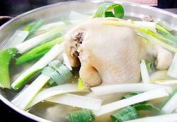 淡白な鶏が一匹丸ごと入った栄養たっぷり健康スタミナコース!