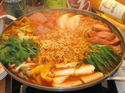 人気の韓国鍋とコリアンフードをボリュームたっぷりに本場の雰囲気でお楽しみいただけます♪