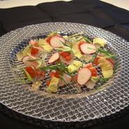 中央市場から毎日直送の新鮮なお魚をトマトのドレッシングでどうぞ