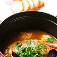 毎日市場から直送される新鮮なお魚を煮込んで、ココットでご提供いたします
