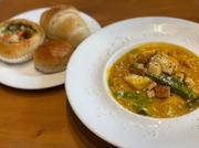 肉肉しい旨味をギュッと閉じ込めた自家製のオリジナルハンバーグと海老フライをご一緒に。大人気の洋食セットです。パンかライスをお選びいただけます。