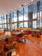 店内は広々、天井も高く解放感溢れリラックスできます。