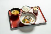 煮魚・小鉢・茶碗蒸し・サラダ・香の物・味噌汁・ご飯