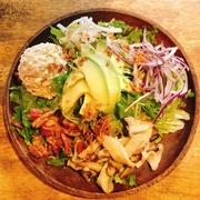 ねぎとろとアボカドの最強タッグにとうふを合わせたサラダ、オリジナルドレッシングでどうぞ。