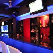 落ち着いてお酒を傾けられる癒しの空間。大人の雰囲気で空間も味わって頂けます。