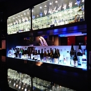 ズラリと並ぶ豊富なお酒。飲み足りない方には銘酒・珍酒でどうぞ。大画面のモニターでスポーツ観戦もできます。