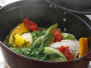 ストウブ鍋でじっくりと『とろとろ豚ばら肉と川田野菜の蒸し煮』