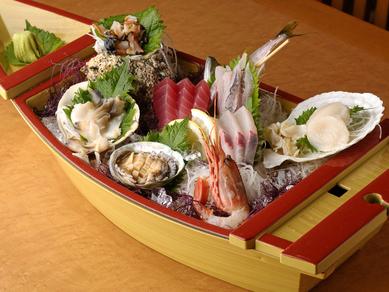 新鮮魚介が旨い!彩り豊かな『舟盛りE』