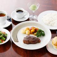当店自慢のステーキコース。ジューシーな近江牛のステーキが絶品です。