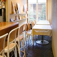ランチタイムは気軽にテーブル席でどうぞ。こちらの席からも庭園の様子がお客様の心を和ませてくれます。