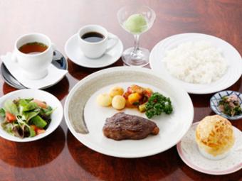 当店自慢のステーキコースです。ジューシーな近江牛のステーキが絶品です。