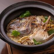 イクラ・鯛・秋刀魚・鮎など季節に合わせ様々な食材を炊き上げます。出汁が染み込んだ油揚げ、食感と香りが楽しめる生姜・葱などの薬味。一粒一粒を感じるように、ご飯はあまり蒸らさず、しっかりと味わえます。