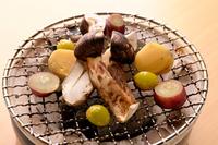 炭火でじっくりと焼く事ことで、炭の香りが美味しさを引き立たせます。野菜もジューシーも仕上がります。