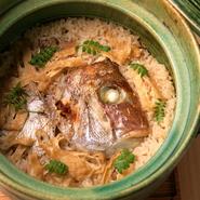 鯛を定番に、季節毎に食材が変わる、ほかほかの炊き込みごはん。出汁を吸った油揚げとおこげが美味。  2人前。お持ち帰りできます。