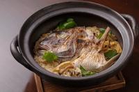 冬に向かって脂を蓄える紅葉鯛。豊かな香りと、新米と油揚げによく染みた出汁の旨味を味わえます。