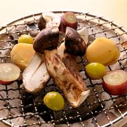 山梨県産の季節の美味をお酒とともに味わってもらえるよう、日々研鑽を重ねています。自分の料理を通じて新しい食の楽しみ方を見つけていただけたらと考えています。