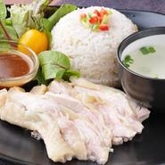鶏だしで炊いたご飯にしっとり茹で鶏を添えた鶏ご飯、タオチオ(タイの味噌)ベースのピリ辛ダレをかけて食べます。パクチー追加はスタッフまで!