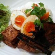 豚バラ肉と厚揚げとゆで卵を甘辛く煮込んだタイの定番屋台ごはん。 シナモンと八角がアクセント。