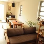 広いテーブルと椅子で贅沢な時間