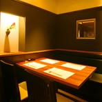 接待から会食、特別な日のデートまで、幅広い用途に応じて使い分けできる個室も完備。スタイリッシュな雰囲気のおしゃれな空間で、選り抜きの器に盛り付けた、こだわりの料理やお酒を楽しむことができます。