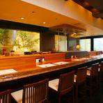 カウンターは常連客の特等席。大将との会話を楽しみつつ、目の前で料理をつくるライブ感も楽しめます。
