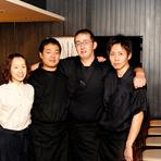 鶏肉販売業で長年培った経験とノウハウを生かし、独創性あふれる料理を生み出し続けて14年になる、ご主人川口伸さん。鶏肉を販売するだけでなく、お客様ともっと関わることができたらと、叔父さんと大阪の心斎橋に【かわぐち】という焼鳥屋を開店。その後、「よりこだわった店づくりに挑戦したい」と北新地に【焼鳥YAMATO】を開店して2年半。ジャンルにとらわれず、鶏肉そのものの旨みを最大限に引き出した料理を提供しています。