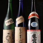 黒糖焼酎好きなオーナーが、毎年奄美大島の蔵元を訪ねています。 関東エリアでは、なかなか飲めないレアな1本も、地元の人たちがいつも飲んでるあの銘柄も。 黒糖焼酎だけで常時20種類以上。