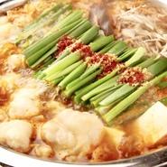 新鮮なモツと、こだわりにこだわった、地鶏ガラと和風出汁の熟成みそスープ! 夏でも愛される、こうじんの新定番!
