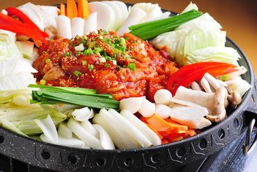 タッカルビ『鶏肉と野菜を鉄板で辛く炒めた料理』