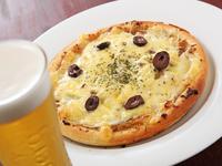 じっくり炒めたたまねぎの甘さとアンチョビの塩気が絶妙なシンプルピザ。どんなお酒とも相性抜群。