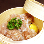 tsubasaの人気ナンバーワンメニュー!大粒でジューシーなシュウマイは、何もつけずにお召し上がりください。リピート必至!tsubasaに来たら必ず召し上がっていただきたい自慢のメニューです。
