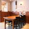 テーブル席と小上がりの個室を用意
