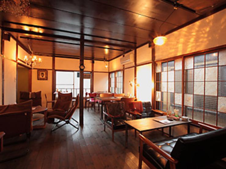 アンティークな家具で構成される落ち着きある和モダンな空間。 アンティークな家具で構成される落ち着