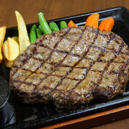県内産牛肉を100%使用、肉の旨味を損わないよう鮮度と品質とを吟味したハンバーグ