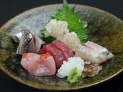季節の天然物新鮮魚介を使っています。