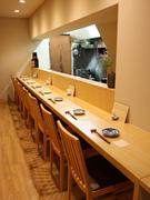 料理人ともコミュニケーションができるカウンター席