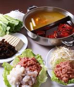 本場の味を再現。肉や魚介、野菜など、それぞれ好きな具材をくぐらせて、食せば汗の噴き出る辛さと爽快感