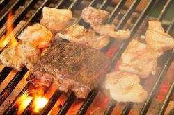 炭火ビストロが肉好きに贈る至極のコース。こだわりの食材を様々な調理でお届けします。
