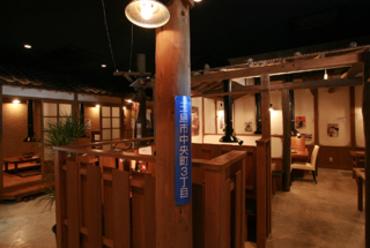 昭和レトロな雰囲気で落ち着ける店内の焼肉店