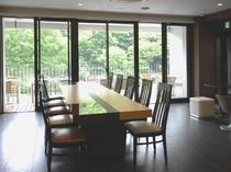 大きな採光のテーブル席