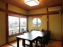 海が見えるお部屋でごゆっくりお食事をお楽しみください