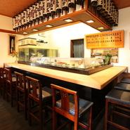 カウンター内では料理人とともに、料理人の師であり父でもある寿司職人が常に寿司を握っています。大らかで優しい人柄の職人が握る寿司をお目当てに、ひとりで訪れカウンターに座る人も多いのだそう。