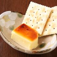 味噌とチーズが濃厚な味わいなので、お酒のおともに、少しずつクラッカーに付けて食べることをオススメ。