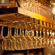 明るくオシャレな内装と美味しいお酒、おつまみでゆったりとした時間を過ごせます。