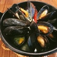 人気のセラーノの生ハムも入った盛り合わせ! 白カビのサラミが入っております!  日本酒、木戸泉アフスも良く合います!