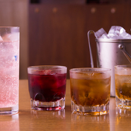 左から、ダイキリ、梅酒3種(甘みを抑えた黒梅、フルーティな味わいの赤梅、定番梅酒の紀州梅)