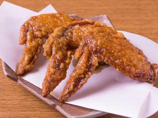 特製ダレに1晩漬け込んだ『鶏手羽の甘辛揚げ』