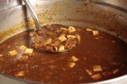 大鍋でとろとろに煮込み、モツの甘みを最大限に引き出しました。一度食べるとクセになる美味しさです。